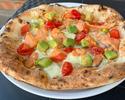 スモークサーモンとアボカド、 アイコトマトのピッツァ