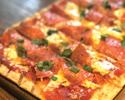 ウンゲレーゼサラミ スモークチーズ プロボローネ モッツァレラのフラットブレッドピザ